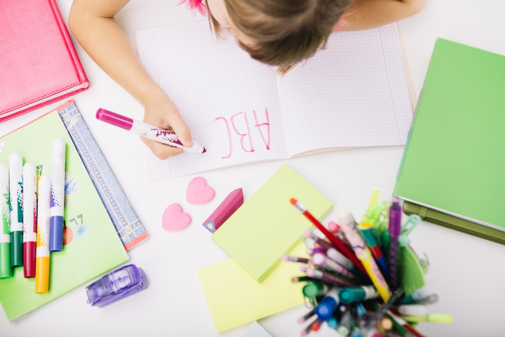 Criança aprendendo caligrafia