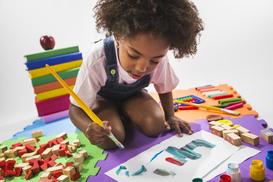 Criança brincando pintura