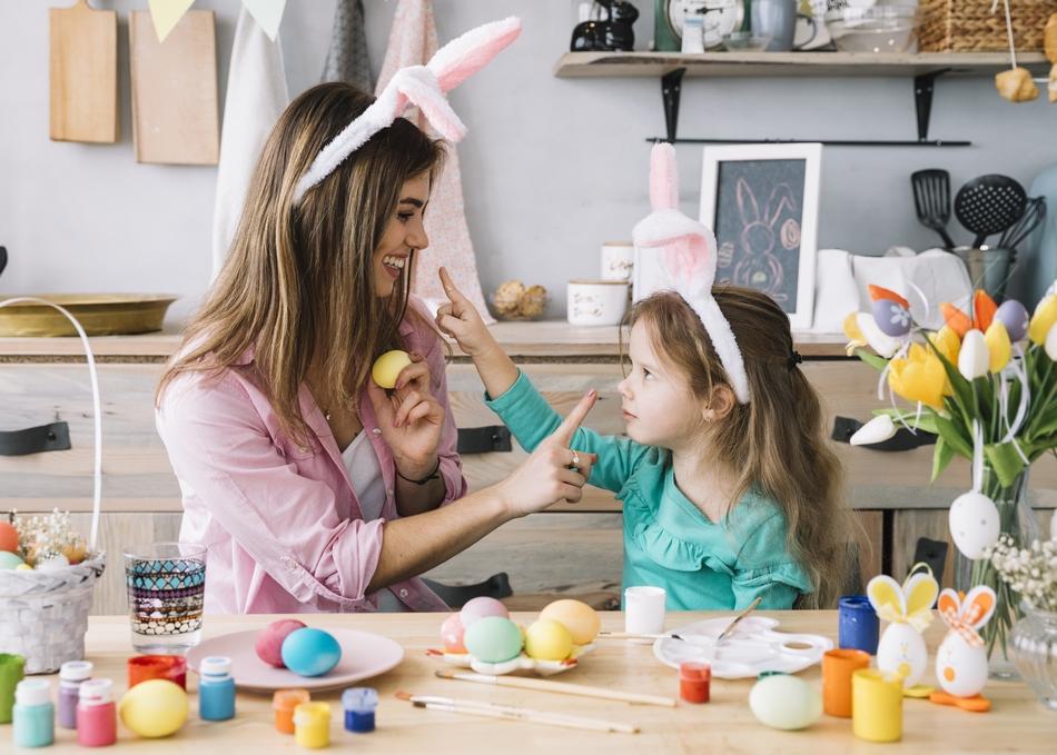 Mãe e filha pintando ovos 01