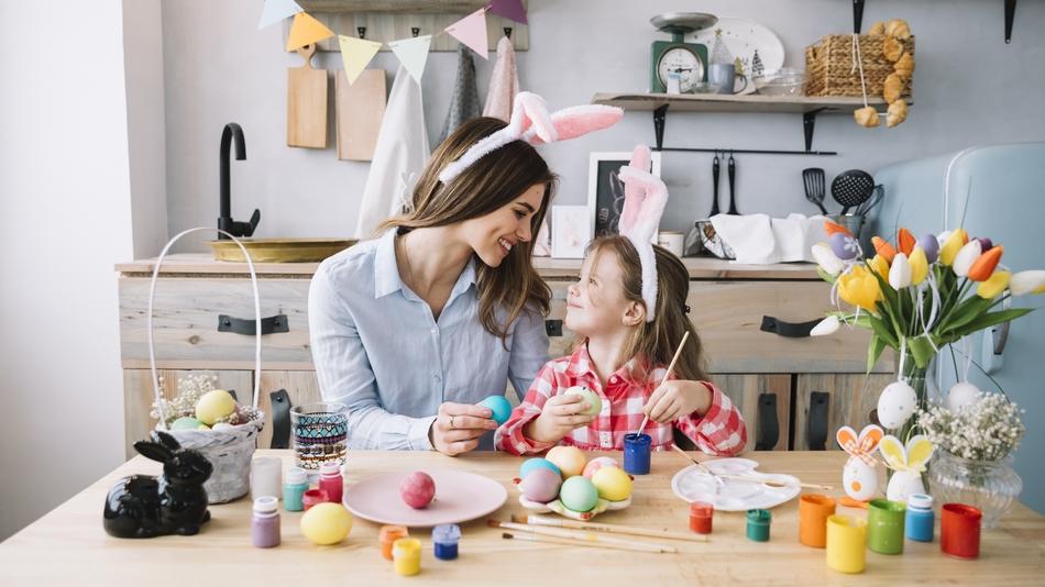 Mãe e filha pintando ovos 02